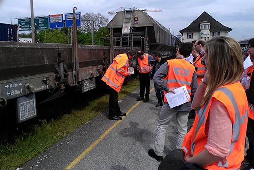 Mitarbeitende von SBB Cargo begutachten einen Güterwagen