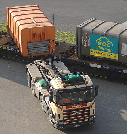 Umlad eines Wechselbehälters auf Lastwagen
