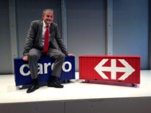 Nicolas Perrin, CEO von SBB Cargo, testet einen Sitzcontainer.