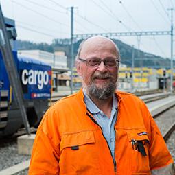 Hans-Rudolf Haller vor der neuen Hybridlok in Suhr