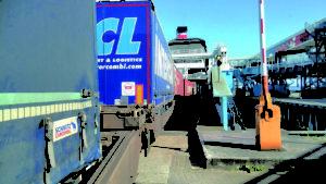 Steht die Schiene in Dänemark nicht zur Verfügung, geht die Fracht zuweilen über die Fähre. Foto: Fährhafen Sassnitz