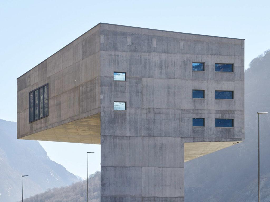 Die neue Betriebszentrale Süd steht in unmittelbarer Nähe des Südportals des Gotthard-Basistunnels in der Gemeinde Pollegio. Das Bauwerk ermöglicht im Vorfeld der Eröffnung des Gotthard-Basistunnels 2016 die Steuerung der Güter- und Passagierzüge von einem einzigen Fernsteuerzentrum aus.