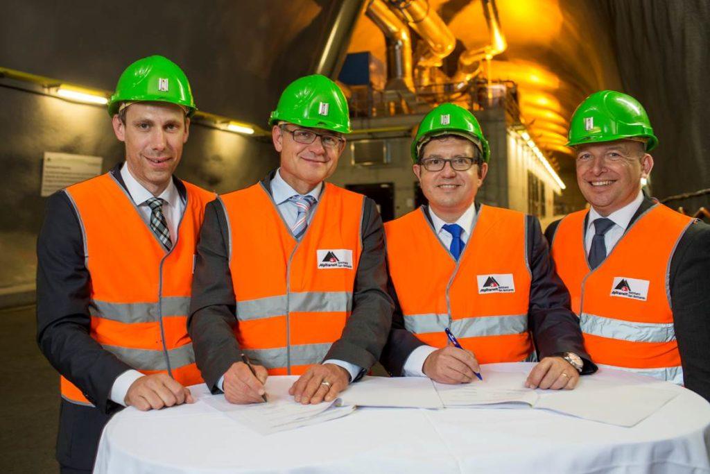 Der Vertrag ist unterzeichnet: Daniel Bürgy, Leiter Vertrieb SBB Cargo, Nicolas Perrin, CEO SBB Cargo Dr. Markus Hunkel, Vorstand Produktion, DB Schenker Rail AG und Boris Dobberstein, Leiter Service Design Central Corridors, DB Schenker Rail AG.
