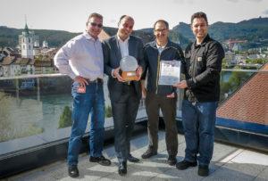Andreas Hofer, Jon Bisaz, Edgar Aschwanden und Fabian Nachbur mit der Watt d'Or-Trophäe (von links)
