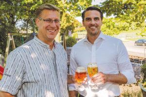 Wolfram Köster (SBB Cargo, rechts) und Frank Pfeifer (Feldschlösschen) stossen in Rheinfelden auf bewährte Zusammenarbeit der beiden Unternehmen an.