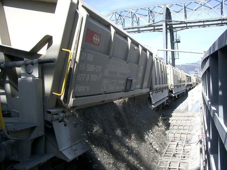 Ein Güterwagen mit Aushubmaterial wird entleert.